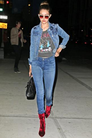 Cómo combinar: botines de terciopelo rojos, vaqueros pitillo azules, camiseta con cuello circular estampada en gris oscuro, chaqueta vaquera azul