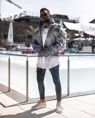 Combinar una chaqueta vaquera gris: Ponte una chaqueta vaquera gris y unos vaqueros pitillo azul marino para lidiar sin esfuerzo con lo que sea que te traiga el día. Tenis de cuero en beige son una opción excelente para complementar tu atuendo.