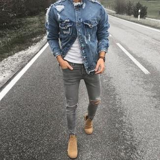 Cómo combinar: botines chelsea de ante marrón claro, vaqueros pitillo desgastados grises, camiseta con cuello circular blanca, chaqueta vaquera azul