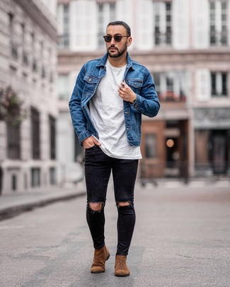Cómo combinar: botines chelsea de ante marrónes, vaqueros pitillo desgastados negros, camiseta con cuello circular blanca, chaqueta vaquera azul