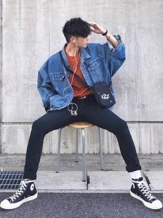 Outfits hombres: Elige una chaqueta vaquera azul y unos vaqueros pitillo negros para cualquier sorpresa que haya en el día. ¿Quieres elegir un zapato informal? Complementa tu atuendo con zapatillas altas de lona en negro y blanco para el día.