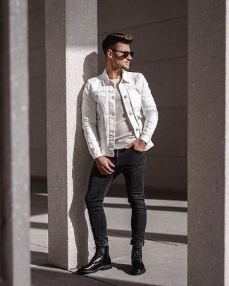 Combinar una chaqueta vaquera blanca: Este combo de una chaqueta vaquera blanca y unos vaqueros pitillo en gris oscuro te permitirá mantener un estilo cuando no estés trabajando limpio y simple. Con el calzado, sé más clásico y opta por un par de botas casual de cuero negras.