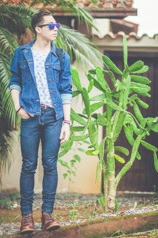 Cómo combinar: botas casual de cuero marrónes, vaqueros pitillo azul marino, camiseta con cuello circular estampada en blanco y azul, chaqueta vaquera azul