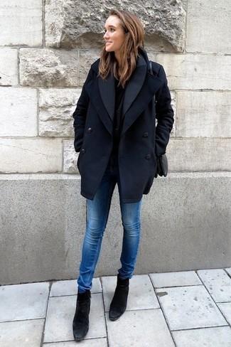 Combinar un chaquetón azul marino: Ponte un chaquetón azul marino y unos vaqueros pitillo azules para una apariencia fácil de vestir para todos los días. Botines de ante negros son una opción práctica para complementar tu atuendo.