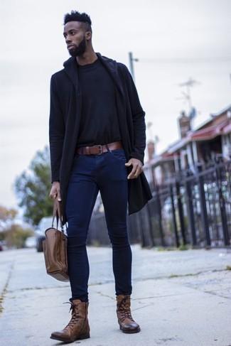 Combinar una correa de cuero marrón: Un chubasquero azul marino y una correa de cuero marrón son una opción incomparable para el fin de semana. Elige un par de botas casual de cuero marrónes para mostrar tu inteligencia sartorial.