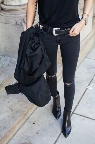 Unos botines de vestir con una gabardina negra: Empareja una gabardina negra con unos vaqueros pitillo desgastados negros para conseguir una apariencia glamurosa y elegante. Botines son una opción atractiva para complementar tu atuendo.
