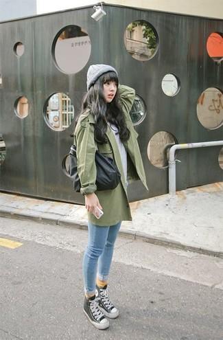 Cómo combinar: zapatillas altas en negro y blanco, vaqueros pitillo celestes, camiseta con cuello circular gris, gabardina verde