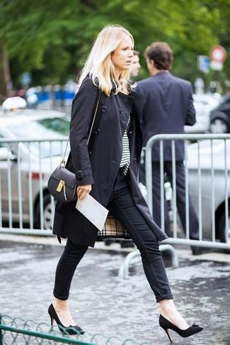 Cómo combinar: zapatos de tacón de ante negros, vaqueros pitillo negros, camiseta con cuello circular de rayas horizontales en blanco y negro, gabardina negra