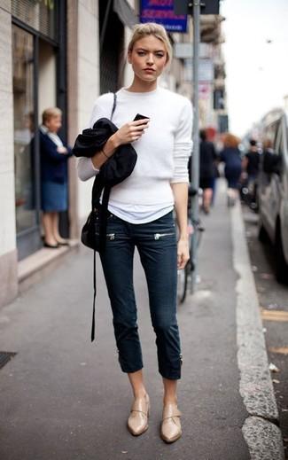 Cómo combinar: mocasín de cuero marrón claro, vaqueros pitillo azul marino, camiseta con cuello circular blanca, jersey con cuello circular de angora blanco