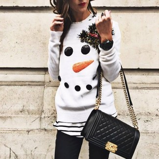 Cómo combinar: bolso bandolera de cuero acolchado negro, vaqueros pitillo negros, camiseta con cuello circular de rayas horizontales en blanco y negro, jersey con cuello circular de navidad blanco