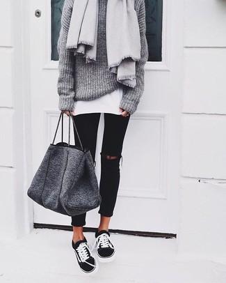Combinar una bolsa tote de lana en gris oscuro: Para un atuendo tan cómodo como tu sillón considera emparejar un jersey oversized de punto gris con una bolsa tote de lana en gris oscuro. Con el calzado, sé más clásico y opta por un par de tenis en negro y blanco.