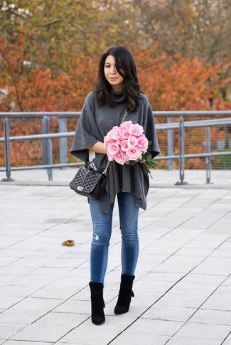 Cómo combinar: botines de ante negros, vaqueros pitillo desgastados azules, camiseta con cuello circular blanca, poncho en gris oscuro
