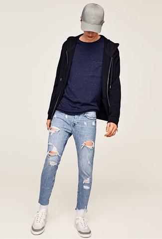 Cómo combinar: tenis blancos, vaqueros pitillo desgastados celestes, camiseta con cuello circular azul marino, sudadera con capucha negra