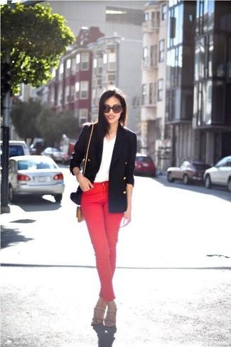 Cómo combinar: sandalias de tacón de cuero en beige, vaqueros pitillo rojos, camiseta con cuello en v blanca, blazer cruzado azul marino