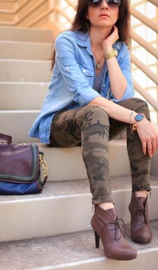 Combinar una camiseta con cuello en v gris: Empareja una camiseta con cuello en v gris junto a unos vaqueros pitillo de camuflaje marrónes para conseguir una apariencia glamurosa y elegante. Con el calzado, sé más clásico y usa un par de botines con cordones de cuero burdeos.