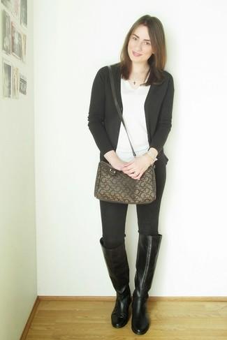 Cómo combinar: botas de caña alta de cuero negras, vaqueros pitillo negros, camiseta con cuello en v blanca, cárdigan negro