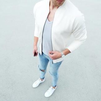 Combinar una camiseta con cuello en v gris: Emparejar una camiseta con cuello en v gris con unos vaqueros pitillo desgastados celestes es una opción práctica para el fin de semana. Con el calzado, sé más clásico y usa un par de tenis blancos.