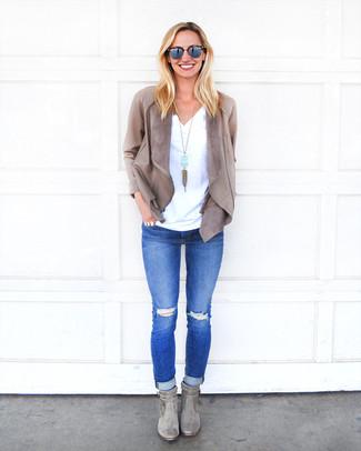 Cómo combinar: botines de ante grises, vaqueros pitillo desgastados azules, camiseta con cuello en v blanca, chaqueta abierta de cuero gris