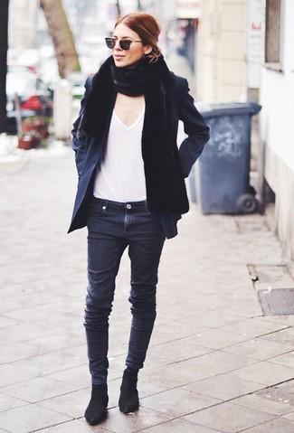 Cómo combinar: botines chelsea de ante negros, vaqueros pitillo negros, camiseta con cuello en v blanca, chaquetón negro