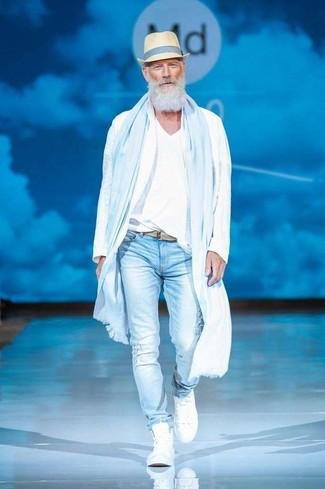Cómo combinar: zapatillas altas blancas, vaqueros pitillo desgastados celestes, camiseta con cuello en v blanca, chubasquero blanco