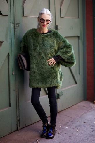 Combinar un bolso de hombre de cuero negro: Empareja un abrigo de piel verde oscuro con un bolso de hombre de cuero negro para un almuerzo en domingo con amigos. Botas planas con cordones de cuero negras son una opción estupenda para complementar tu atuendo.