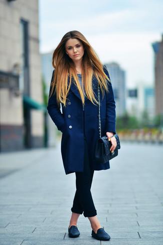 Cómo combinar: mocasín de cuero negros, vaqueros pitillo negros, camiseta de manga larga azul marino, abrigo azul marino