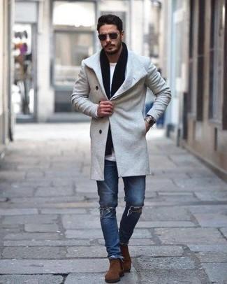 Cómo combinar: botines chelsea de ante marrónes, vaqueros pitillo desgastados azules, camiseta de manga larga blanca, abrigo largo gris