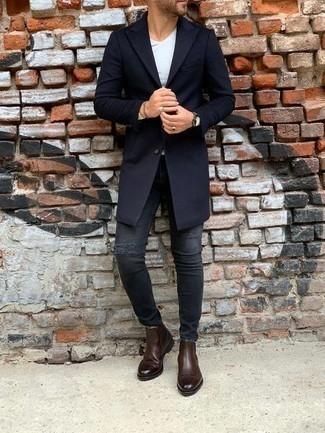 Combinar una camiseta de manga larga blanca: Para un atuendo tan cómodo como tu sillón elige una camiseta de manga larga blanca y unos vaqueros pitillo desgastados en gris oscuro. Luce este conjunto con botines chelsea de cuero en marrón oscuro.