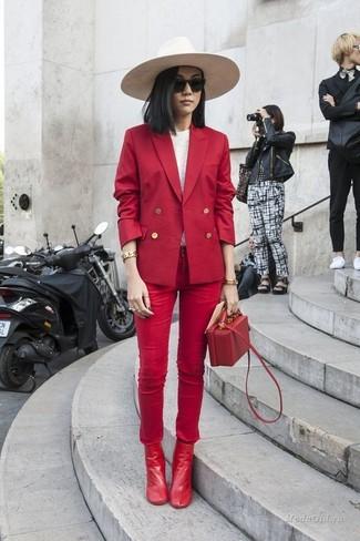 Cómo combinar: botines de cuero rojos, vaqueros pitillo rojos, camiseta de manga larga blanca, blazer cruzado rojo