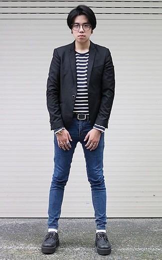 Combinar un blazer negro: Haz de un blazer negro y unos vaqueros pitillo azules tu atuendo para un look diario sin parecer demasiado arreglada. Dale un toque de elegancia a tu atuendo con un par de zapatos derby de cuero gruesos negros.