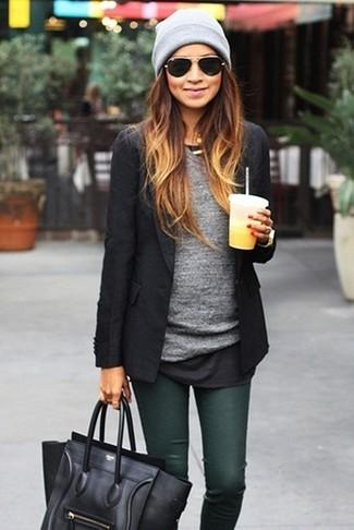 Cómo combinar: bolso de hombre de cuero negro, vaqueros pitillo verde oscuro, camiseta de manga larga gris, blazer negro
