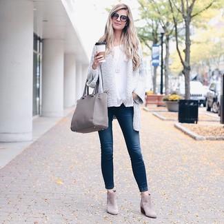 Cómo combinar: botines de ante grises, vaqueros pitillo azul marino, camiseta de manga larga blanca, cárdigan abierto de punto blanco