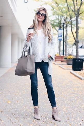 Cómo combinar: botines chelsea de ante grises, vaqueros pitillo azul marino, camiseta de manga larga blanca, cárdigan abierto gris