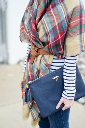Combinar unos vaqueros pitillo azules: Elige una camiseta de manga larga de rayas horizontales en blanco y azul marino y unos vaqueros pitillo azules para conseguir una apariencia glamurosa y elegante.