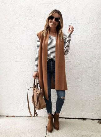 Cómo combinar: botines de ante marrónes, vaqueros pitillo desgastados azul marino, camiseta de manga larga de rayas horizontales en blanco y negro, chaleco de lana marrón claro