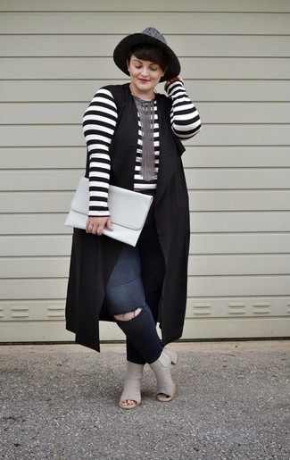 Cómo combinar: botines de cuero con recorte grises, vaqueros pitillo desgastados negros, camiseta de manga larga de rayas horizontales en blanco y negro, chaleco negro