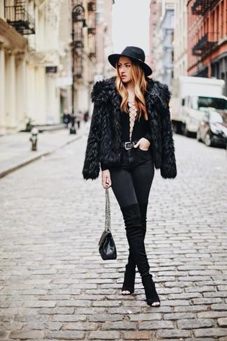 Cómo combinar: botas sobre la rodilla de ante negras, vaqueros pitillo negros, camiseta de manga larga negra, chaqueta de piel negra