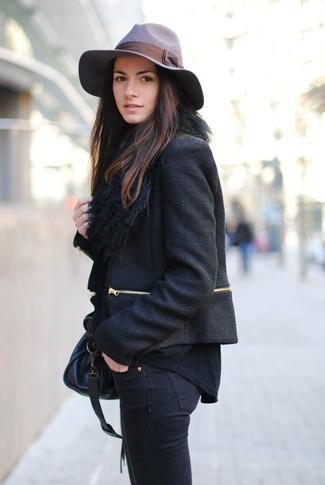 Cómo combinar: bolso de hombre de cuero negro, vaqueros pitillo negros, camiseta de manga larga negra, chaqueta de tweed negra