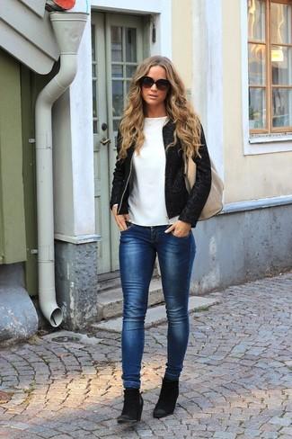 Cómo combinar: botines de ante negros, vaqueros pitillo azul marino, camiseta de manga larga blanca, chaqueta de tweed negra