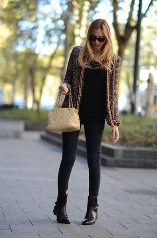 Cómo combinar: botines de cuero en marrón oscuro, vaqueros pitillo negros, camiseta de manga larga negra, chaqueta de tweed marrón