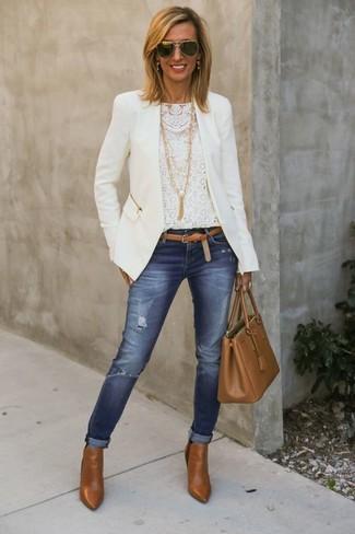 Cómo combinar: botines de cuero en tabaco, vaqueros pitillo desgastados azules, camiseta de manga larga de encaje blanca, chaqueta motera blanca