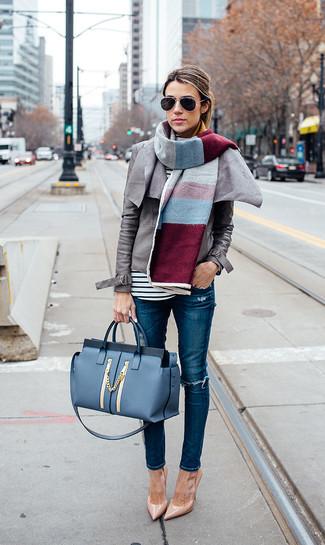 Cómo combinar: zapatos de tacón de cuero marrón claro, vaqueros pitillo desgastados azules, camiseta de manga larga de rayas horizontales en blanco y negro, chaqueta motera de cuero gris