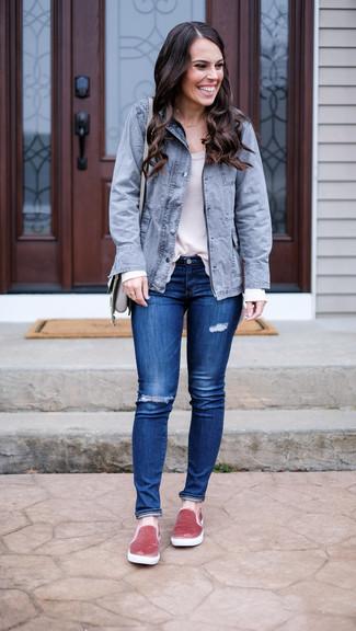 Cómo combinar: zapatillas slip-on de terciopelo rosadas, vaqueros pitillo desgastados azules, camiseta de manga larga blanca, parka con cola de pez gris