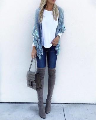 Cómo combinar: botas sobre la rodilla de ante en gris oscuro, vaqueros pitillo azul marino, camiseta de manga larga blanca, poncho de punto celeste