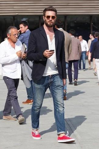 Cómo combinar: zapatillas plimsoll rojas, vaqueros pitillo desgastados azules, camiseta henley blanca, blazer negro