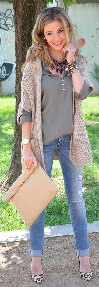 Cómo combinar: zapatos de tacón de ante de leopardo marrón claro, vaqueros pitillo desgastados celestes, camiseta henley gris, cárdigan de punto en beige