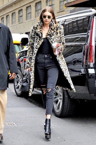 Cómo combinar: botines de cuero gruesos negros, vaqueros pitillo desgastados negros, camiseta sin manga negra, abrigo de piel de leopardo marrón claro