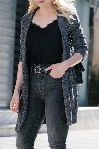 Cómo combinar: bolso de hombre de cuero negro, vaqueros pitillo en gris oscuro, camiseta sin manga de seda negra, abrigo de punto en gris oscuro