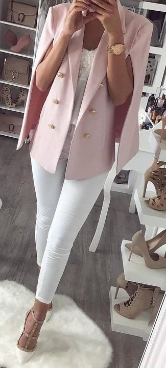Combinar un blazer estilo capa rosado: Considera emparejar un blazer estilo capa rosado con unos vaqueros pitillo blancos para una vestimenta cómoda que queda muy bien junta. Zapatos de tacón de cuero con tachuelas blancos son una opción inigualable para completar este atuendo.