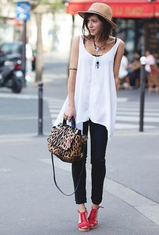 Combinar un sombrero de lana marrón claro: Si eres el tipo de chica de jeans y camiseta, te va a gustar la combinación de una camiseta sin manga negra y un sombrero de lana marrón claro. ¿Te sientes valiente? Opta por un par de sandalias con cuña de cuero rojas.